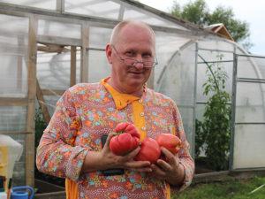 С.Н. Трушин со своими помидорами