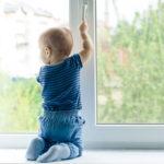 Не оставляйте детей возле окна без присмотра!